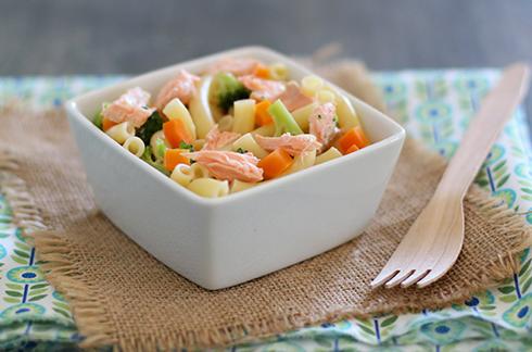 Recette bébé Pâtes au saumon, lait de coco et petits légumes