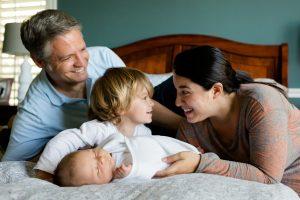 Bébé arrive: comment en parler à ses frères et sœurs